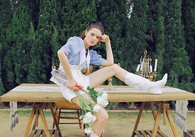 """设计师轻奢品牌Ann teano,是新浪漫主义的代表。品牌2016年创立于英国伦敦,同年进入中国市场。本季系列灵感来源于""""莫奈花园"""",系列运用花朵、蝴蝶、彩虹等充满活力的元素,呈现了一个繁花盛开的景象。无论从版型、面料、工艺相较以往系列有较大的突破。定位刺绣、钉珠等高难度工艺巧妙的运用在整个系列中。精致的面料搭配,考究的立裁廓形,极具品牌创意性,呈现了多维度美好的《Monet Garden》系列。"""