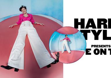 哈里·斯泰尔斯(Harry Styles),1994年2月1日出生于英国伍斯特郡雷迪奇,歌手,演员,单向组合One Direction成员之一。单飞后成为Gucci的宠儿,不仅连续三年成为Gucci高级定制男装代言人,连个人演唱会造型以及大片拍摄都是由Alessandro Michele亲力打造。极富张力复古趣味气息的独特个人魅力。