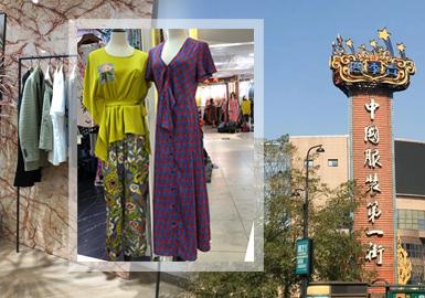 杭州女装批发和零售市场是中和原创与快速反应的重点服装市场,四季青和杭州大厦等流行标杆的市场也在后疫情时代迎来往日的火爆,通过对2020春夏和早秋上新的杭州批发市场和零售市场的调研,发现杭州女装市场的风格单品和图案工艺动态:大淑女装在融合轻质感休闲后更加趋向于年轻化;少淑风格用浪漫轻奢进一步强化新女性气质,连衣裙成为整个市场占比最高的单品;3.运动街潮风日渐式微,植物花卉和艺术化人像图案成为最突出的流行走向;居家和功能性单品走俏于市场,成为增长最快的风格走向。本篇报告提炼2020春夏到2020赵秋上新的批发零售市场中单品、工艺和等图案等方向,带来时下IN季的女装市场购买指南。