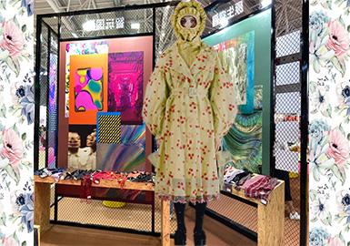 大湾区国际纺织服装服饰博览会于7月在深圳召开。随着运动街装风潮渐渐退去,女性气质风潮席卷而来。极具浪漫主义的各种花卉和肌理图案应运而生。本次展会的花型图案区域十分丰富,多元的色彩突破季节的局限,花型着重与自然的联系。清新感与复古华丽并重,呈现出多样的女性气息。