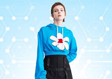 根据POP6-7月近一个月内用户下载量TOP100女装卫衣数据分析。卫衣的风格依然以时尚休闲风格为主,有所波动的是少淑女风的关注度有所上升。图案方面以字母为主,其展现形式以绣花工艺为主。工艺方面解构工艺在新一季卫衣款式的应用上延续应用,并在近一个月内关注度较高,呈上升趋势。