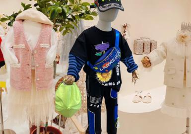 本次的织里市场调研中,市场整体风格主要以日韩风格、街潮、工装风为主。卫衣、毛衫、夹克、连衣裙等款式是本次拍摄的重点关注方向。其中呆萌俏皮立体装饰设计的爬服上升明显,工装口袋、潮感的字母印花在市场上比较多见。