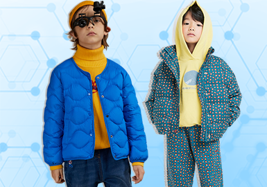 基于8月用户浏览搜索互动数据及专业市场调研分析,综合评选出男童棉羽绒单品TOP热榜。 风格方面主要由新锐设计师(5%)、街潮(6%)、时尚休闲(74%)、户外运动(13%)组成,其中新锐设计风主要以欧美品牌Finger In The Nose为主,通过金属质感时尚设计博得关注,工艺方面以字母为主要元素的定位印花工艺占比最高为(23%),拼接工艺(22%)紧随其后、手工装饰(11%)、绗缝(8%)相对较为均衡,除此以外Diesel、Moncler以地理纹样融合户外款式的图案设计更具特色,时尚应景。