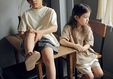 BIEN A BIEN是来自韩国的童装品牌,有着独树一帜的设计风格,因穿着的时尚舒适从而得到包括孩子和妈妈们的喜爱。2020SSBIEN A BIEN用独特而感性的设计,浪漫简约的风格来为孩子们带来舒适与时尚。