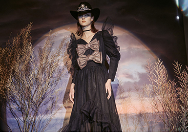 "Pameo Pose是日本人气少女""嗲牌"",创立于2013年。 Pameo Pose在保持复古核心理念时,又加入了成熟和有型的元素,让少女心也可以变得帅气利落不甜腻。 Pameo Pose品牌创立后,从欧美到亚洲,设计不断受到好评,并多次出现在杂志中。20/21秋冬Pameo Pose主题是""SWANLAKE"",将""天鹅湖""做为灵感,以浪漫的古典风味为轴,演绎出清秀的天鹅和妖艳的黑鸟、王子和恶魔两种相反的元素,用女人味和狂热两面性的两种风格结合演出的时尚大片。"
