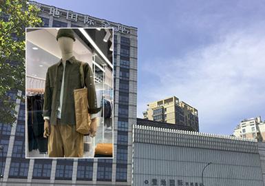 工装风格在男装设计中一直占据重要的位置,军工装依旧是设计来源,但在设计上简化零部件,利用原野的色彩搭配基础廓形衬衫、裤装,打造整身的休闲装扮。