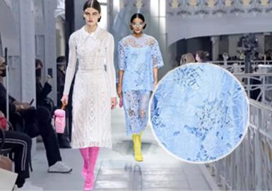 本季2021S/S四大国际时装周因疫情原因,以线上线下结合的形式如期举行。综合各大女装品牌分析,2021春夏时装周将精致细腻的女性化蕾丝推向潮流尖端,轻松模糊了礼服与日常穿着之间的界限,同时通过蕾丝不同纹理展现出2021春夏蕾丝面料复古的时尚魅力。引领了全球女性连衣裙和上衣的新一轮复古趋势方向,同时也让秀场时装与女性精致生活完美的融合。