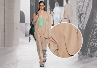 由于疫情原因,2021春夏四大国际时装周采用了以线上线下相结合的全新的形式进行。2021SS时装周着眼于实用舒适和百搭性,模糊了传统奢华和休闲类别之间的界限。柔软和流动感与实用纯色面料为耐久经典的实穿套装&西服增添日常属性。西装作为经典衣橱的核心,在各品牌中占主导地位,未染原色休闲棉麻面料和轻盈TR等实用舒适面料进入传统西装类别,强化了服装自带的气候适应性。从2021春夏四大时装秀场中总结得出西装&套装进一步向日常舒适发展。