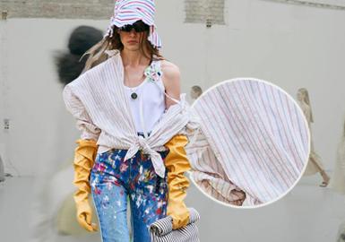 在疫情之下,2021春夏四大国际时装周以混合秀形式举办(将实体时装秀和线上大秀结合在一起)。2021春夏时装周连衣裙&衬衫展现轻松舒适的春夏季着装风格,以质朴棉料、天然纤维与未漂原色棉麻趋势是本季春夏秀场一大重点,旨在打造可持续未来。整个2021春夏秀场,天然棉麻面料成为人们追捧的自然、环保重点面料之一,传递出自然原生态生活方式,使得衬衫、连衣裙品类进一步向日常简约舒适发展。