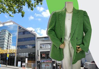 消费群体越来越来越注重整体的穿搭效果,对于穿搭风格的追求和模仿更加强烈。早春市场的展示穿搭风格成为重点。其中最为明显核心的风格是都市潮流穿搭,核心单品为简约大衣和设计感的宽松西装。2020年的明星单品—卫裤将继续延续。早春亮色的拼接款式可持续关注。