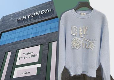 2021早春韩国市场优雅中淑风格下的女装毛衫,细腻的针法设计和局部精致细节是其重点风向标。精细的蕾丝镶嵌、细针图案和针法变化丰富;异质拼接注重两件叠穿的层次感;辅料对领部设计的影响依旧重要,开衫、打底衫以及连衣裙是该风格下尤为重要的单品。