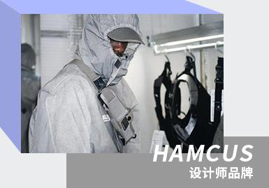 2017年,HAMCUS首次在巴黎发布春夏系列,获得了不俗的反响。随后至今,HUMACUS品牌的审美在不断向外扩散影响力,具有极强的品牌风格,如今被国内众多玩家称为废土机能风。2021春夏,沿袭了品牌一贯以来的「宇宙观」概念,表现服装的未来感,展现科幻与机能。