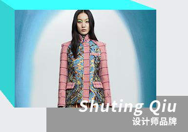 SHUTING QIU 是中国新锐设计师裘淑婷于2018年创立的同名品牌。裘淑婷毕业于安特卫普皇家艺术学院,在导师安特卫普六君子之一的Walter Van Beirendonck指导下,毕业设计大获成功并被Vogue China选中参与拍摄。2021年3月入围 LVMH PRIZE 青年设计师大奖。以明亮的色彩碰撞,丝绸纺织刺绣及印花元素,独具个人风格的剪裁与拼接形成标志性设计。2021/22秋冬系列通过时装短片《Water Ripples》发布,灵感融汇了对瑞士女性艺术家 Miriam Cahn 的热爱与致敬。秉承可持续发展,70%系列面料来自品牌剩余库存中的往季研发面料。该系列为先锋女性谱写了新篇章,以全新视角致敬令人难以忘怀的女性气质。鲜艳荧光色系与灰、蓝等沉稳冬日色调形成鲜明对比。设计中运用廓形的剪裁,加入不对称和许多实验性元素,大量色彩鲜明的丝绸提花面料、精美刺绣、印花图案和条纹面料的结合,塑造极具女性色彩的现代浪漫主义女性形象——勇敢独立,且内心不失柔软。